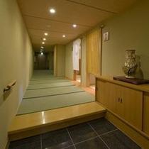 ◆湯亭入口〜貸切風呂へと係がご案内いたします。