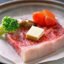 【上州牛ステーキ】牛肉の旨みを存分に味わって下さい。※お料理は一例です。