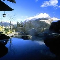 青空に映える雪化粧した由布岳