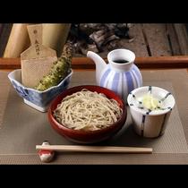【蕎麦】磐梯山の伏流水で打った十割蕎麦 輝いているようなツヤのある蕎麦。しっかりとした味とコシを感じ