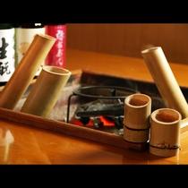 囲炉裏炭火ならではの楽しみ方。竹酒熱燗は、じっくりと温まるので、まろやかな口当たりに・・・