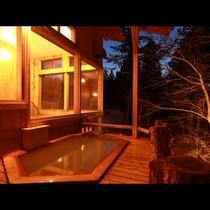 半露天風呂は屋根付きなので天気の悪い日でも露天気分が味わえます。