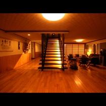 玄関を入ると正面に客室への階段が。左にお風呂、右がロビーと続く。