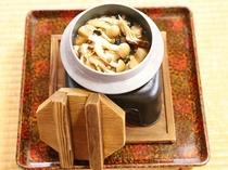 9月〜4月の釜飯はきのこ盛りだくさん釜飯です。