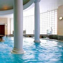 コンセプトは、ヨーロピアンテイスト。リゾートフルな「クリスタル風呂」は檜風呂と対極となる趣です