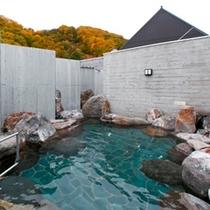 【露天風呂】秋色に染まる露天風呂。
