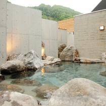 【露天風呂】北湯沢の自然に囲まれた露天風呂。