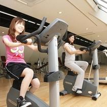 【フィットネスルーム】230㎡の広さと充実のトレーニング機器を備えた トレーニングルーム。
