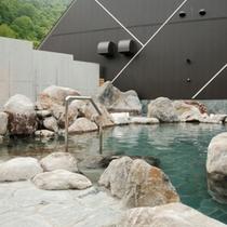 【露天風呂】天然岩とコンクリートの組合せが印象的な露天風呂。