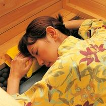【岩盤風呂】寝ているだけでサラサラのいい汗が出る岩盤浴。温泉の後がおすすめです。