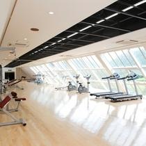 【フィットネスルーム】自然光がたっぷり入る明るいトレーニングルーム