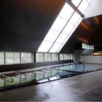【大浴場】天窓から降り注ぐ柔らかな陽射しが心地よい大浴場。