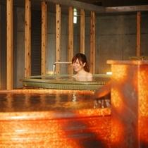 【大浴場・信楽焼の壺湯】お湯がいっぱいに張られた信楽焼のお風呂は、陶器ならではの温もり。