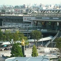 駅を見守る信長公像