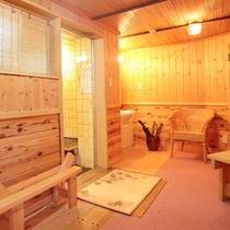無料の貸切風呂は脱衣場もゆとりのある造り!