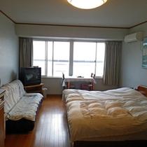 *【部屋】ツイン*03/ツインベッド、ソファベッド、システムキッチンが付いたお部屋です。