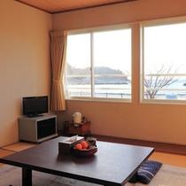 *【部屋】キッチン無し和室*02/窓からは土肥海岸の美しい景色が楽しめます。