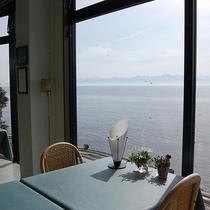 【展望ロビー】海を眺めながらランチやカフェもお楽しみいただけます♪