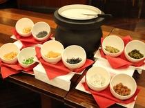 四川中華の朝粥♪10種類のトッピングを揃えてご用意しています♪