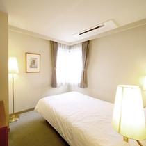 【全室ダブルベッド】機能的な客室と広いダブルベッドでゆったり