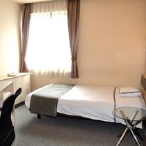 【シングルルーム】幅120cmのセミダブルベッドを使用しております