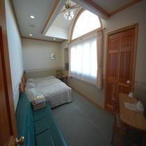 天井の高い開放感のあるお部屋