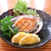 *[別注料理/アワビのステーキ]熱々のアワビにレモンをかけてお召し上がりください。