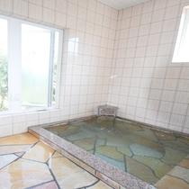 *[貸切風呂/小]平石造りの内湯。家族水入らずで温泉を満喫できます。