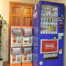 *[自動販売機]お酒と清涼飲料水の自動販売機の他に、お子様に人気のガチャガチャも☆