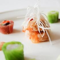 *[夕食一例/前菜]美しい盛り付けは目も楽しませてくれます。