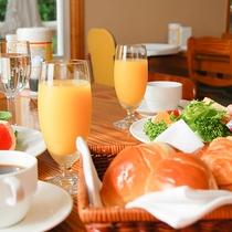 *[朝食一例]自家製のパンをお出しすることも。焼きたてをお召し上がりください。