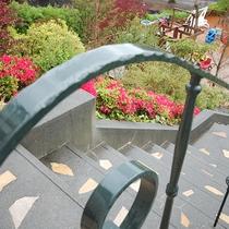 *[お庭]ホテルは高台にあり、季節ごとの風景を気持ちよく見渡せます。