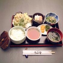 山菜天ぷら定食(夕食一例)