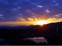 東側上層階から見える朝日と岡山城。