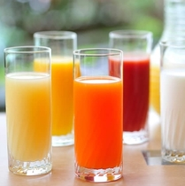 フルーツジュース、野菜ジュース、牛乳 各種ドリンクもご用意♪(朝食ブッフェ)