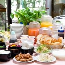アスパーのロビーにて勢ぞろいの朝食☆