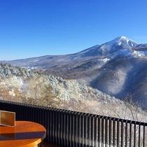 ラウンジから日本百名山雪の蓼科山