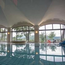 八ヶ岳が望める室内温水プール