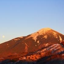 夕陽に染まる冬の蓼科山を望む