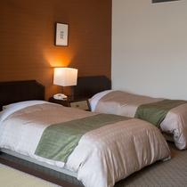 ベッドに2名、和室に3名 最大5名まで宿泊が可能(禁煙)