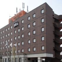【ホテル外観】魚津駅より徒歩1分の立地にございます。