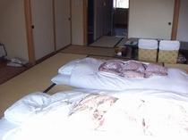 寝具は羽毛布団です。