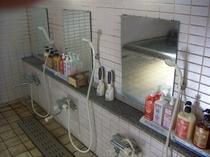 浴場内、アメニテイ各種。ご自由にお使い下さい。