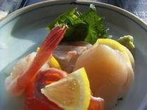 甘鯛、帆立貝柱、紅鱒、甘エビ、お刺身4点盛り。