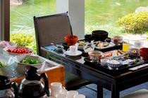 日本庭園を眺めながらの和朝食