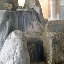 【石の湯】温泉の岩は、変成岩の一種で造山運動の起こる地域で多く採堀される岩です。