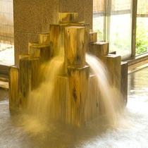 【木の湯】檜の良い香りの中、広々した空間をじっくりお楽しみください。