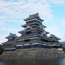 【国宝松本城】車で約1時間。日本最古の天守閣に入ることができます。