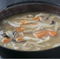 十穀味噌汁(信州味噌使用) 十種の国産雑穀を使用した味噌。塩分控えめでありながら胡麻の香りとコクのあ