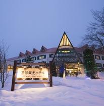 冬の夜空の下佇む黒部観光ホテル